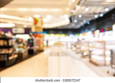 Abstrakte Unschärfe und defokussierte Einkaufszentren und Einzelhandelsinnen im Kaufhaus für Hintergrund