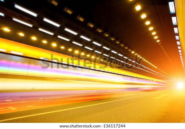 Abstrakter Wagen auf Tunnelweg