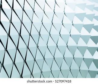 Abstrakte Nahaufnahme von modernen, gelüfteten Dreiecken aus Aluminium auf der Fassade