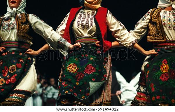 Abstrakte Komposition mit drei Frauen in serbischen traditionellen Kleidung getanzt in Folklore.