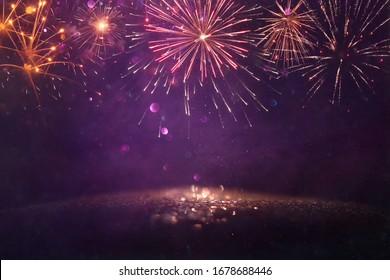 abstrakter goldener, goldener und violetter Hintergrund mit Feuerwerken. Weihnachtsabend, 4. Juli-Urlaubsszenario