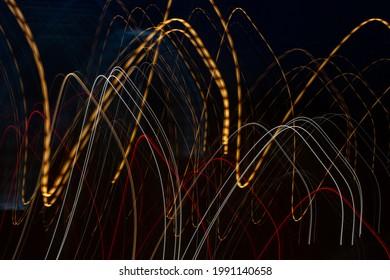 Modèles abstraits de création pendant l'exposition à de longues caméras de sources lumineuses artificielles la nuit