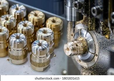 Die abstrakte Szene Multitasking CNC Maschine schweift Typ und Rohr-Steckverbinder Teile. Die hochtechnologische Messingbefestigung, hergestellt durch Bearbeitungszentrum.