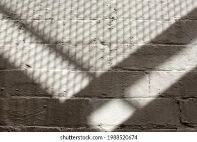 Motifs abstraits d'ombre projetés par les fosses d'une fuite d'incendie externe à l'extérieur d'un bâtiment