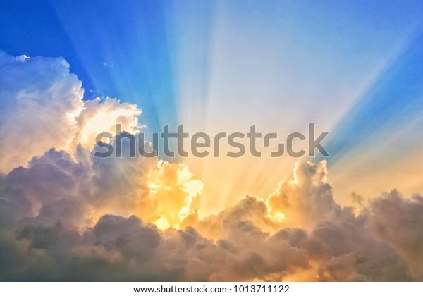 luz abstracta de la línea del haz de sol brillando a través de las nubes, haz de sol a través de las nubes niebla en un hermoso cielo