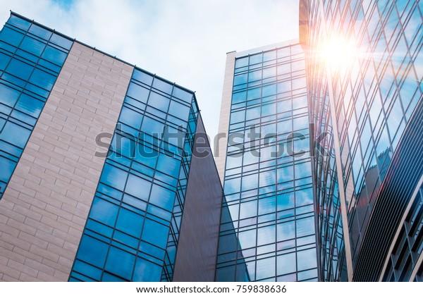 Vista abstracta de las fachadas modernas con reflejo en el cielo