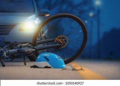 Unfall-Autounfall mit Fahrrad auf der Straße