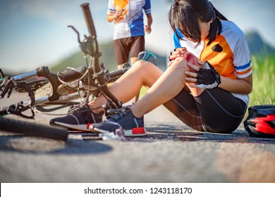 accident clashed on young woman bicyclist in hurt and injured at knee after accident clashed, with running help of the bicyclemate rust immediately to see happening