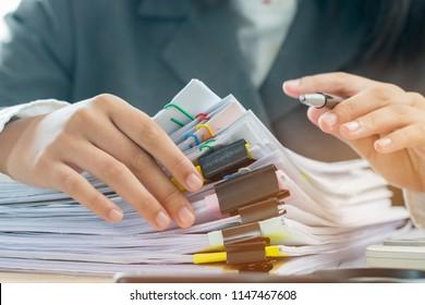 Konzept des Haushaltsplans für die Rechnungslegung: Büros für Geschäftsfrauen, die Dokumente mit Stift, Taschenrechner, Videopapiere auf einem belebten Büroschreibtisch arrangieren