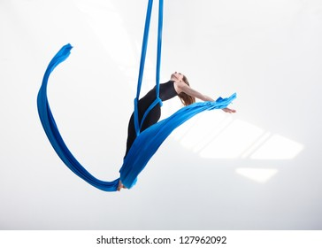 Acrobatic movement with tissue
