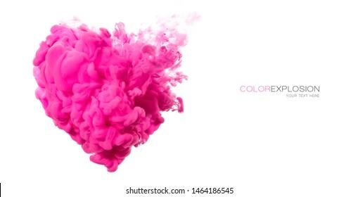 Tinta acrílica en agua. Diseño de plantillas con una nube de corazón rosa en forma de corazón aislado en blanco. Explosión de color.