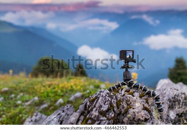Action-Kamera mit Selfie-Pol auf der Bergspitze