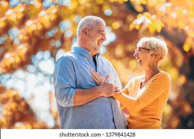 Aktive Senioren auf einem Spaziergang im Herbstwald