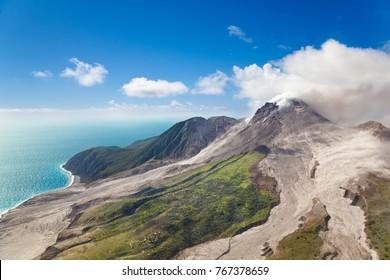 Der aktive Vulkan Soufriere Hills in Montserrat aus dem Hubschrauber.