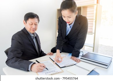 Active woman Manager explaining colleagues latest profit financial data in meeting room togetherness unity. businesswoman management leader brainstorming concept. profit on target. vat ,tax