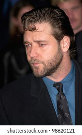Actor RUSSELL CROWE at the Los Angeles premiere of his new movie Proof of Life. 04DEC2000.  Paul Smith / Featureflash