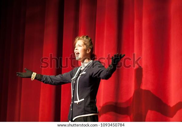 Schauspielerin auf der Bühne