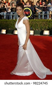 Actress HALLE BERRY at the 8th Annual Screen Actors Guild Awards in Los Angeles. 10MAR2002.  Paul Smith / Featureflash