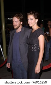 Actress MAGGIE GYLLENHAAL & boyfriend actor PETER SARSGAARD at the Los Angeles premiere of her new movie Criminal. August 30, 2004