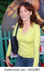 Actress MARILU HENNER at the world premiere of Walt Disney's Chicken Little at the El Capitan Theatre, Hollywood. October 30, 2005 Los Angeles, CA  2005 Paul Smith / Featureflash