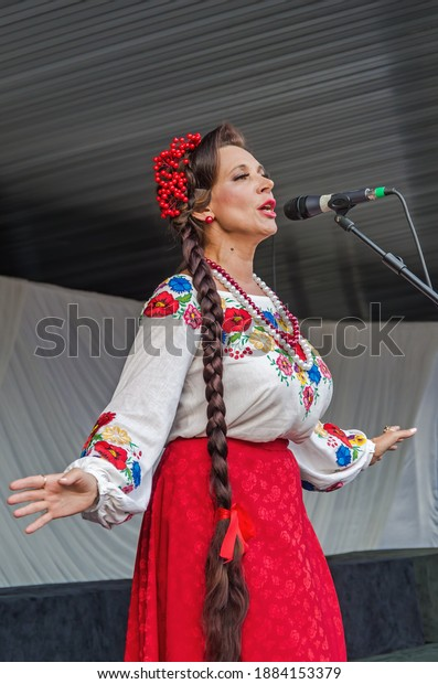 actress-traditional-ukrainian-costume-si