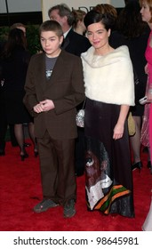 Actress/singer BJORK & son at the 2001 Golden Globe Awards at the Beverly Hilton Hotel. 21JAN2001.   Paul Smith/Featureflash