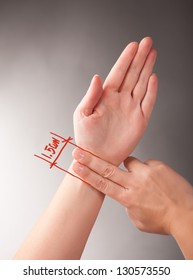 Acupressure, acupuncture. How to measure 1.5 CUN, a traditional Chinese unit of length. Its traditional measure is the width of a person's thumb at the knuckle.