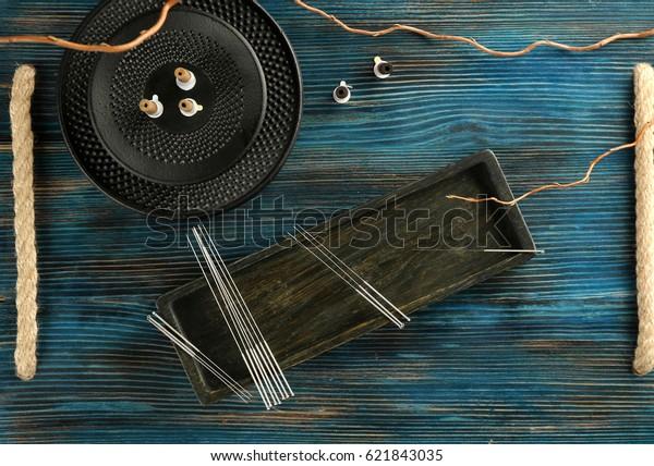 Akupunkturmaterial auf Holzhintergrund