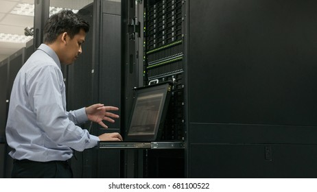 Administrator working analysis system in data center