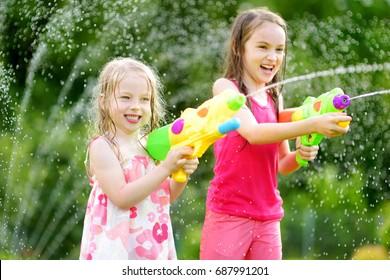 Mời bạn cùng tham khảo những hình ảnh về trò chơi bắn súng nước vui nhộn của trẻ em
