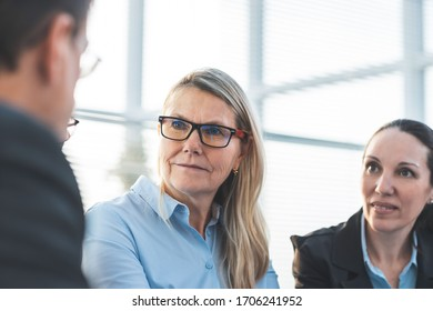 adult businesswoman discussing ideas with colleagues. office workdays