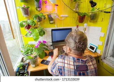 mujer adulta trabajando en casa en su laptop en la mesa