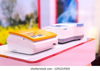 Advance technology single beam spectrophotometer device of lab for measure and analysis property effect of substance interacts with light for industrial food & drink medical pharmaceuticals chemical
