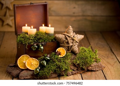 Advent arrangement with candles and orange slices