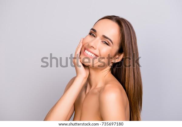 Werbekonzept. Portrait von gogreous, charmanter, hübscher, heißer Dame mit attraktiver glatter Haut, glänzend, sauber und rein. Frauen, die sich verwöhnen, Komplexen, Hygiene, Ästhetik, Botox-Konzept