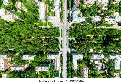 Vue aérienne de la ville avec carrefour et routes, maisons, bâtiments, parcs et parkings, ponts. Un drone d'hélicoptère. Image panoramique large.