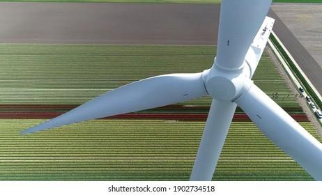 Vue aérienne en gros plan d'une éolienne