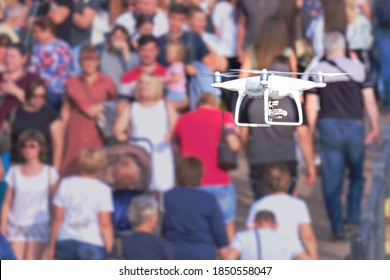 Lufttrockner mit Kamera fliegt und schießt Videos über eine Menschenmenge