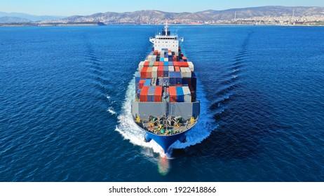 Lufttrockenfoto von bunten Containertankschiffen in Lkw-Größe, die Tiefseeschifffahrt in der Nähe des Handelshafens von Piräus, Attica, Griechenland
