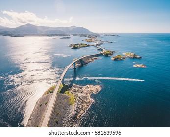 """Luchtfoto drone shot van de wereldberoemde Atlantic Road staat bekend als """"The Road in the Ocean"""" in Noorwegen. Deze fantastische en spectaculaire weg en brug is een zeer populaire toeristische attractie."""