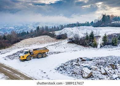 Draufsicht auf schwere Maschinen auf dem Straßenbaugelände in der polnischen Beskidy