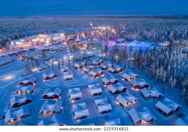 フィンランドのラプランドにあるロバニエミにあるサンタクロース村の空撮夜景。