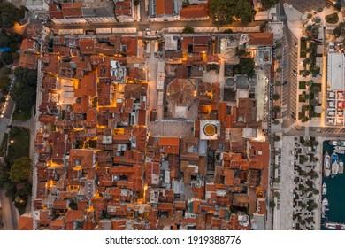 Luftaufnahmen von Drohnenaugen im Diokletianpalast mit Lichtern vor Sonnenaufgang in Split Kroatien