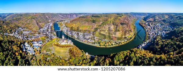 Luftbild von Cochem mit dem Reichsburg und dem Moselfluss. Rheinland-Pfalz, Deutschland