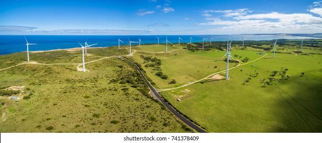 Luftpanorama auf Landstrasse und Windpark in Australien