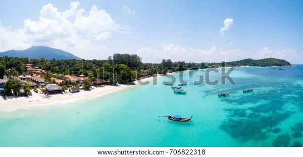 Panoramasicht auf den Strand von Pattaya auf kristallklares tropisches Wasser im Inselparadies Ko Lipe, Thailand