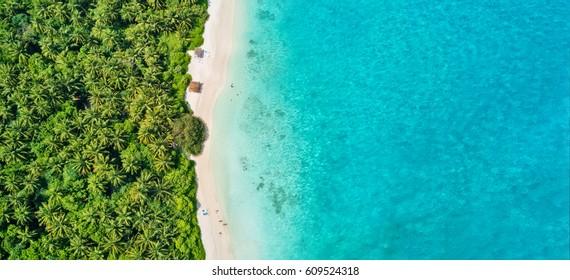Foto aérea de la hermosa playa tropical de las Maldivas en la isla. Concepto de vacaciones de verano y viajes.