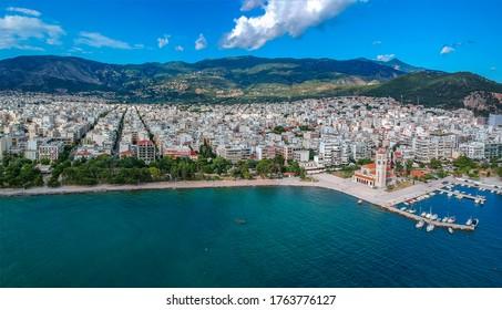 Luftbild über Volos Stadt und Hafen in Magnesia, Griechenland