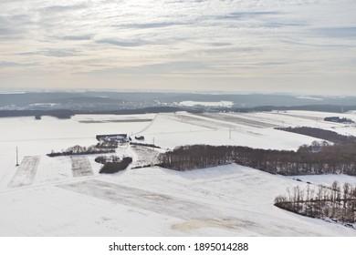 Photo aérienne des champs de Dourdan sous la neige. Département de l'Essonne, France.