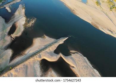 Photographie aérienne de ruines arrêtant le sable dans le pays d'Ancenis, département Loire-Atlantique (44), Pays-de-la-Loire, France